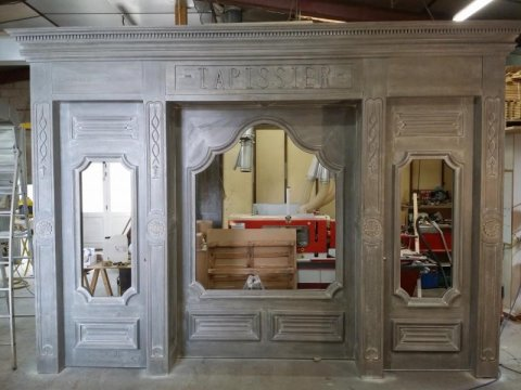 Création d'une façade de commerce du 18ème en bois sur-mesure à Riom